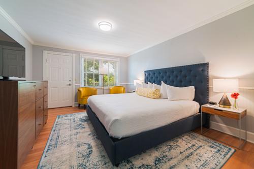 82.jpg-Terrace-King-Guestroom-218-toward-door-web
