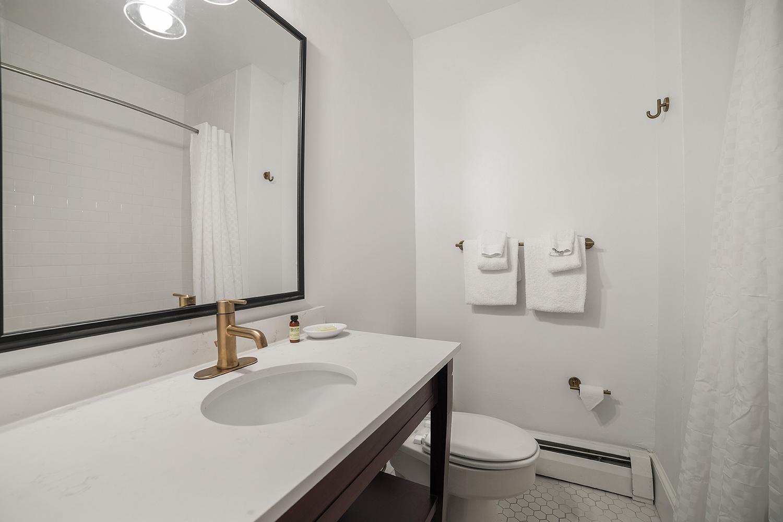 Manor-House-Guestroom-16-Bath-web